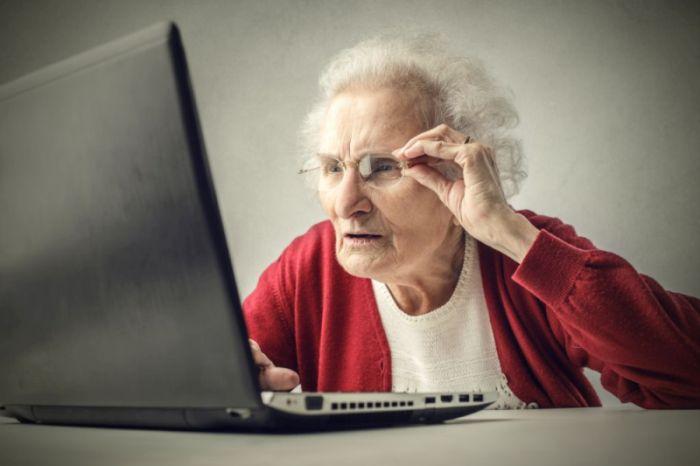 personne agée sur un ordinateur portable